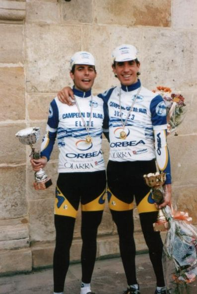 Con Koldo Fernández de Larrea en Murguía, con los maillots de campeones de Álava.