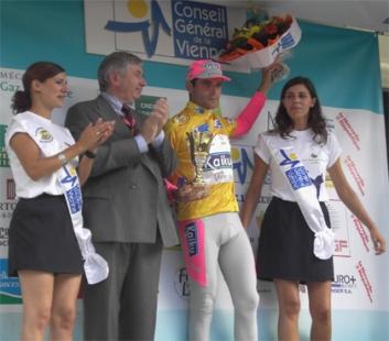 En el podio como ganador del premio de la Combatividad del Tour du Poitou-Charentes.