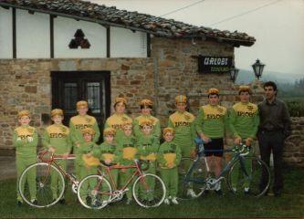 En las escuelas del Club Ciclista Zuiano, el club donde estuve desde los 4 hasta los 18 años. Soy el primero de la derecha de la fila de abajo.
